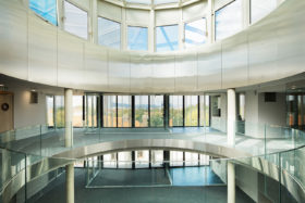 PHOTOS-GALERIE_SABCO_Garde-corps-verre-bombe_curved-glass-balustrade_Usine_electricite_Metz2