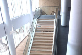 Sadev Sabco Projet Garde Corps Verre Rampant Escalier Clinique Jules Vernes 5